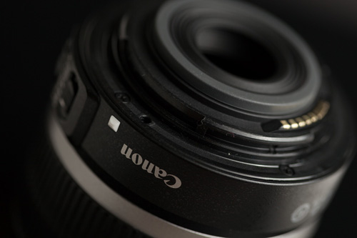 White dot on Canon EF-S lens used for aligning the lens correctly when mounting it on the camera