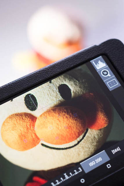 Using focus peaking for manual focus via a camera control app on a tablet