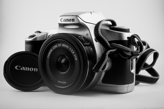 SLR camera with pancake lens