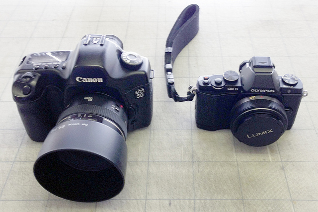 Comparison in size between a DSLR camera and a m4/3 Compact System Camera