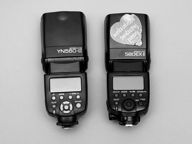 Yongnuo SpeedLite YN-560II and Canon SpeedLite 580EX II flashguns side by side
